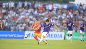 Tiền vệ Quang Hải (phải, Hà Nội) tung cú sút trước hậu vệ Hồng Lĩnh Hà Tĩnh. Ảnh: MINH HOÀNG