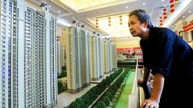 Tập đoàn bất động sản hàng đầu Trung Quốc Evergrande có khoản nợ khổng lồ 300 tỷ USD đang đứng bên bò vực..