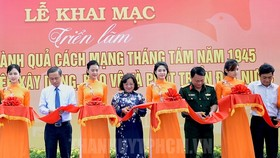 At ribbon-cutting ceremony of the exhibition in Nguyen Hue walking street (Photo:hcmcpv.org.vn )