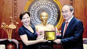 Secretaryof HCMC Party CommitteeNguyen Thien Nhan (R ) and Italian Ambassador to Viet Nam Cecilia Piccioni