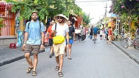 Foreign tourists visit Hoi An. (Photo: Sggp)