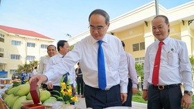 Secretaryof the Ho Chi Minh City Party CommitteeNguyen Thien Nhan visits an exhibition of local specialities of Can Gio district. (Photo: Sggp)