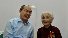Secretary of the City's Party Committee Nguyen Thien Nhan (L) visits Heroic Mother Le Thi Cach. (Photo: Sggp)