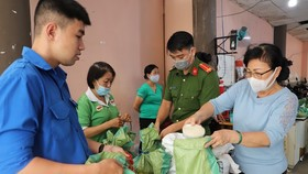 Local residents can get 1kg of rice for each kg of plastics or recyclable waste. (Photo: VNA)