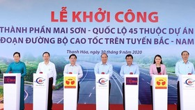 Prime Minister Nguyen Xuan Phuc (centre) and other officials press buttons to mark the start of construction of the Mai Son - National Highway 45 expressway on September 30 (Photo: VNA)