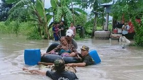 Floods in Cambodia have forced the evacuation of 25,192 people. (Photo: AFP/VNA)