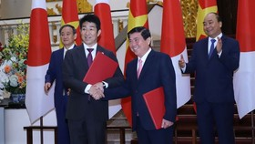A Memorandum of Understanding (MOU) on investment and development cooperation is signed by Chairman of the HCMC People's Committee, Nguyen Thanh Phong (R) and General Director of AEONMALL Vietnam Co. Ltd. Tetsuyuki Nakagawa, It is part of the red-carpet w