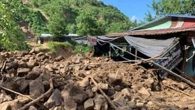 11 people were buried in a landslide occurs in the very early morning of October 29 at Phuoc Loc Commune in Quang Nam Province's Phuoc Son District.