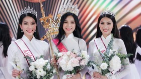 Do Thi Ha (C) crowns Miss Vietnam 2020.