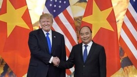 Prime Minister Nguyen Xuan Phuc shakes hand with U.S. President Donald Trump at a meeting in Hanoi in February 2019. (Photo: VGP)
