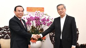 Secretary of the HCMC Party Committee, Nguyen Van Nen (L) extends Christmas greetings to Archbishop of the Archdiocese of HCMC, Nguyen Nang. (Photo: SGGP)