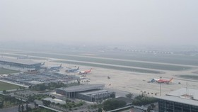 Dense fog covers Noi Bai Airport. (Photo: SGGP)