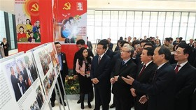 Politburo member and permanent member of the Party Central Committee's Secretariat Tran Quoc Vuong; Politburo member, Secretary of the Party Central Committee and Chairman of its Commission for Information and Education Vo Van Thuong and officials visit t