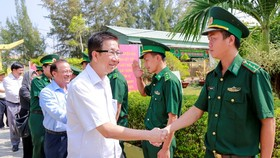 Standing Deputy Chairman of the HCMC People's Council Pham Duc Hai visits soldiers of Thanh An border station. (Photo: SGGP)