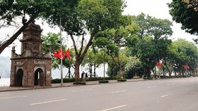 Chairman of the Hanoi People's Committee Chu Ngoc Anh has requested a halt to festive activities and mass gathering events in public places. (Photo: SGGP)