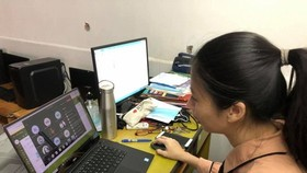 A teacher of Minh Duc Secondary School in HCMC's District 1 is giving an online lesson. (Photo: SGGP)
