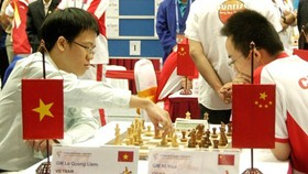 Top Vietnamese chess player Le Quang Liem (L) (Photo: SGGP)