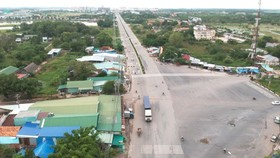 A section of the National Highway No 22 runs through Loi Thuan Commune in Tay Ninh Province's Ben Cau District, near Moc Bai International Border Gate linking with HCMC-Moc Bai expressway. (Photo: SGGP)