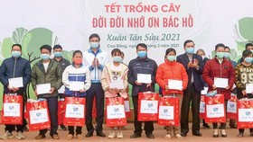 The Central Committee of the Ho chi Minh Communist Youth Union (HCYU) offers scholarships to poor students in Cao Bang Province. (Photo: SGGP)