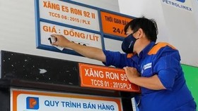 In order to limit the increase of petrol price, the two ministries have spent much of the Price Stabilization Fund on different fuel types. (Photo: SGGP)