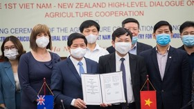 Deputy Minister of Agriculture and Rural Development Le Quoc Doanh held up the agreement with New Zealand during the first New Zealand – Vietnam Agricultural Dialogue (Photo from the New Zealand Embassy in Vietnam)