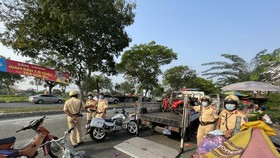 Tan Tuc traffic police team catches many outdated motor vehicles. (Photo: SGGP)