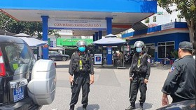 The police has shut down the petrol station No.1 on Nguyen Kiem Street in Go Vap District's Ward 3 in HCMC for searching. (Photo: SGGP)