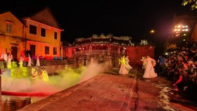 A performing item of the show revives the Hoi An Trading port in the past. (Photo: SGGP)