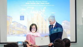 Consul General of Italy in HCMC presents the title of Knight of the Order of Star of Italy to Chairwoman of the Vietnam International Fashion Week (VIFW), Le Thi Quynh Trang. (Photo: SGGP)