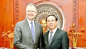Secretary of the HCMC Party Committee Nguyen Van Nen (R) and US Ambassador to Vietnam Daniel J.Kritenbrink (Photo: SGGP)