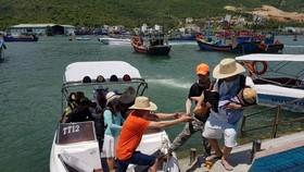 Island tour is strategic product of Khanh Hoa Province's tourism industry. (Photo: SGGP)