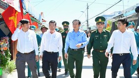 Secretary of the HCMC Party Committee, Nguyen Van Nen visits Thanh An island commune in Can Gio District. (Photo: SGGP)