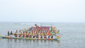 A folk boat race with the participation of eight teams is organized on Le Son Island. (Photo: SGGP)