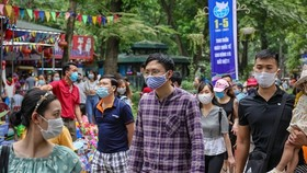People returning to Hanoi are subject to compulsory medical declaration after the four-day public holidays lasting from April 30 to May 3. (Photo: VNA)