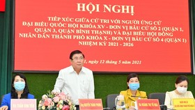 Chairman of the People's Committee of HCMC Nguyen Thanh Phong and other candidates for the upcoming election of deputies to the 15th National and the 10th-tenure People's Council of HCMC meet local voters at conferences in District 1 on May 12. (Photo: SG