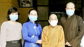 A delegation of Ho Chi Minh City led by Vice Secretary of the municipal Party Committee Nguyen Ho Hai on May 12 visits and extends greetings to several local Buddhist establishments ahead of Lord Buddha's 2565th birthday. (Photo: VNA)