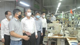 Vice Chairman of the HCMC People's Committee Ngo Minh Chau leads a delegation to inspect the epidemic prevention and control works at Phong Phu Home Textile Joint Stock Company in Thu Duc City. (Photo: SGGP)