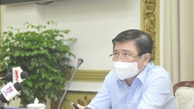 Chairman of HCMC People's Committee Nguyen Thanh Phong chairs a meeting on Covid-19 prevention and control on May 17. (Photo: SGGP)