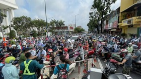Thousands of vehicles get stuck in Covid-19 checkpoint on Nguyen Kiem Street in Go Vap District on June 1. (Photo: SGGP)
