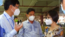 Leaders of the HCMC Center for Disease Control (HCDC) come to the company to give handling instructions. (Photo: SGGP)