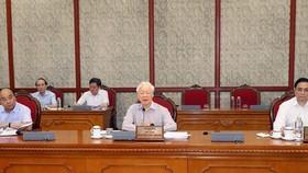 Party General Secretary Nguyen Phu Trong (C) speaks at Politburo meeting (Photo: VNA)