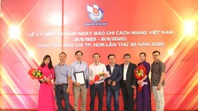 Journalists of the SGGP Newspaper receive prizes at the  HCMC Press Awards 2020. (Photo: SGGP)