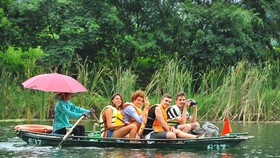 Foreign tourists visit Trang An tourism complex in northern Ninh Binh province (Photo: VNA)