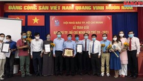 At the ceremony honoring award-wining articles of the Sai Gon Giai Phong (SGGP) Newspaper at the 39th HCMC Press Awards 2021