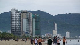 Da Nang imposes a ban on swimming at public beaches, starting on June 20. (Photo: sGGP)