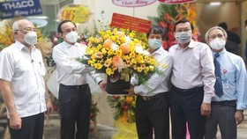 Secretary of the HCMC Party Committee Nguyen Van Nen (2nd, L) visits the HCMC Journalists Association on the occasion of the Vietnam Revolutionary Press Day (June 21)