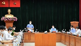 Deputy PM Vu Duc Dam chairs a working session on Covid-19 prevention and control activities with HCMC and relevant departments on July 20. (Photo: SGGP)