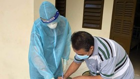 A patient is completing hospital discharge procedures at the field hospital No.1. (Photo: SGGP)
