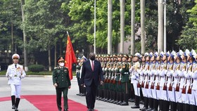 Defense Minister General Phan Van Giang and US Secretary of Defence Lloyd Austin inspect the guard of honour of the Vietnam People's Army at the welcome ceremony in Hanoi (Photo: SGGP)