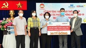 Chairwoman of the Vietnam Fatherland Front of HCMC To Thi Bich Chau  (C) and  Vice Chairwoman of the HCMC People's Committee Phan Thi Thang (2nd, L) receive 100 ventilators from the Sovico Group and HDBank. (Photo: SGGP)